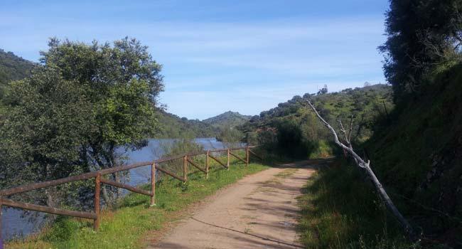 La Ruta 5 de 'Sevilla en bici' es accesible a toda la familia y discurre por la vía verde de El Ronquillo, pasajes mineros en el entorno del embalse de La Minilla / Ismael Martínez