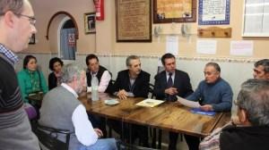 Juan Espadas en la reunión con los vecinos de Palmete./Prensa PSOE