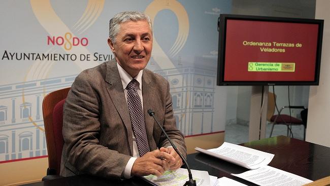 El delegado asegura que la rehabilitación de las viviendas de la barriada de Los Pajaritos se llevará a cabo al igual que se hizo con Regiones Devastadas / Sevilla Actualidad