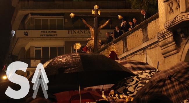 El misterio de La Lanzada entre los paraguas abiertos el miércoles santo en Sevilla / Juan Carlos Romero