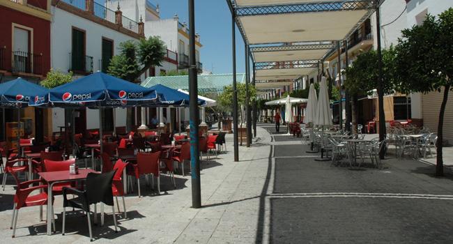 Los veladores de la Plaza de España de Los Palacios y Villafranca / Sevilla Actualidad