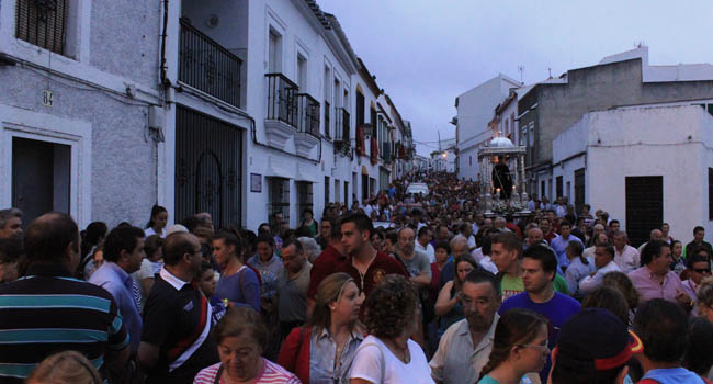 Los actos de la venida de San Benito culminaron este domingo con el traslado de la imagen a su santuario en la Sierra Norte de Sevilla / Juan Carlos Romero