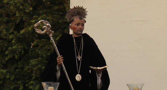 La imagen de San Benito Abad permanecerá en el altar mayor de la Parroquia del Salvador de Castilblanco hasta el 14 de julio / Juan Carlos Romero