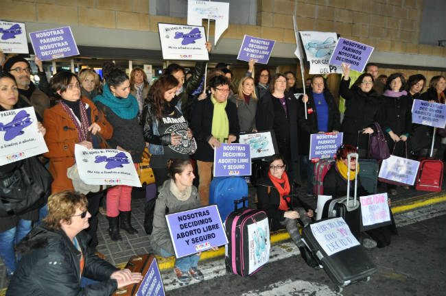 protesta-psoe-ley-aborto-aeropuerto