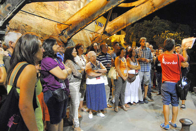 Elvira Gómez, en el centro, escucha atentamente las explicaciones sobre el puente de Triana. Autor de la imagen: Álvaro Parsan (Lilivm)