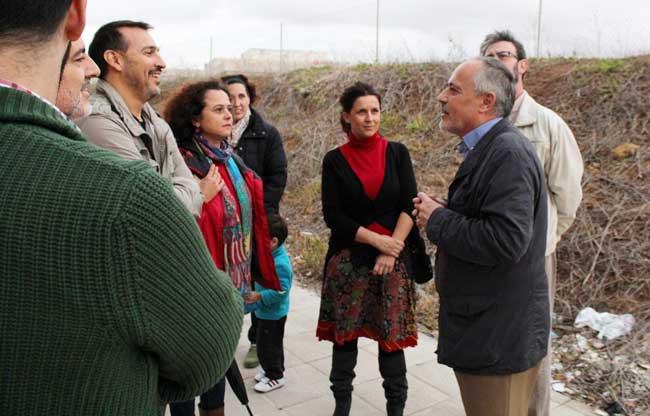 José Manuel García, a la derecha, junto a vecinos de Los Bermejales