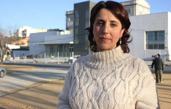 Lola Aquino ante la Harinera del Guadaíra de Alcalá