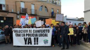 La movilización contó con la adhesión de policías de la provincia y de familias que han padecido robos en los últimos meses en Brenes / Sevilla Actualidad