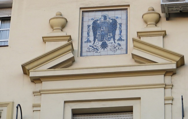 escudo-franquista-mercado-arenal