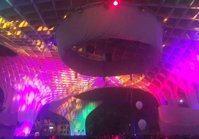 El montaje decora con luz, color y acrobacias Las Setas de la Plaza de la Encarnación/ Adrián Yánez