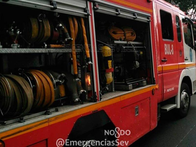 Coches de bomberos desplazados al lugar del incendio /@EmergenciasSev