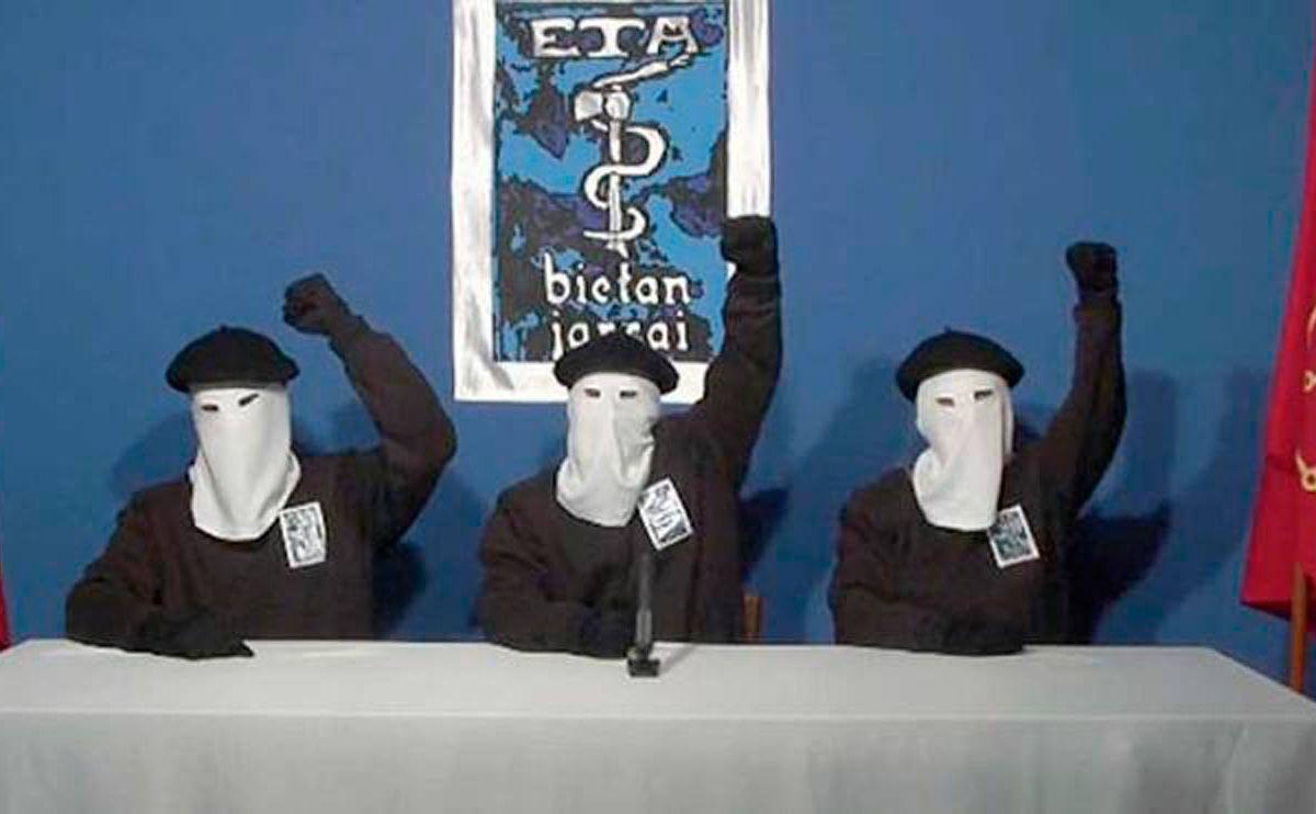 Miembros de ETA leen el comunicado /SA