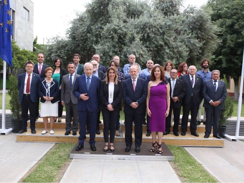 Foto de familia de los galardonados /@DIPUSEVI