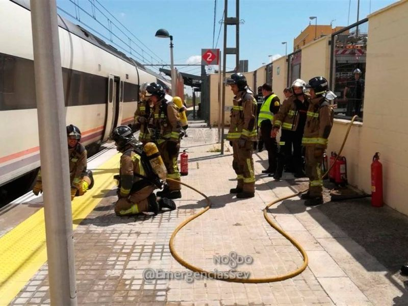 Los bomberos actúan en el tren incendiado /@EmergenciasSev