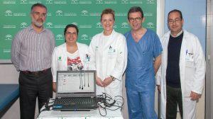 Especialistas con el nuevo equipo de detección de sordera /Virgen del Rocío