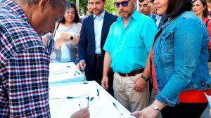 Antonio del Castillo en la recogida de firmas en Triana, junto con Virginia Pérez y Beltrán Pérez (PP) / @PPdeSevilla