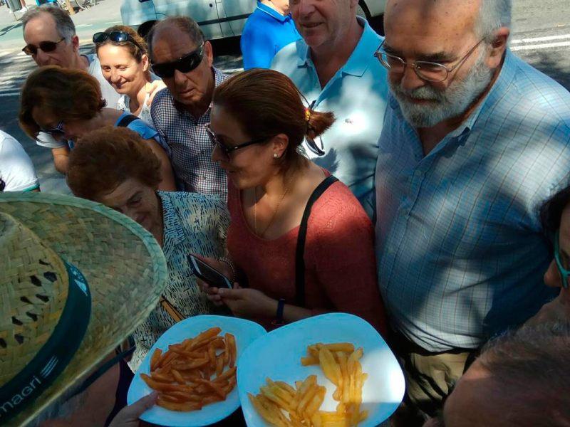 Reparto de patatas nuevas españolas en Triana /Asaja