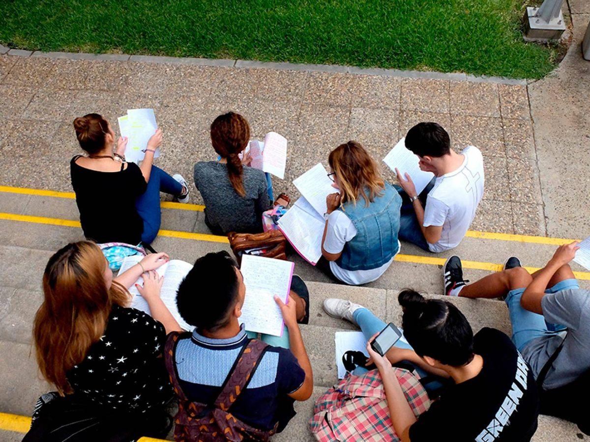 Estudiantes preparándose para la selectividad /US