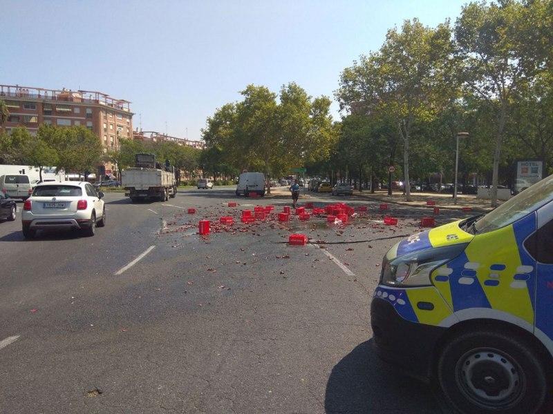 La carga de cerveza del camión tirara en el suelo /@EmergenciasSev