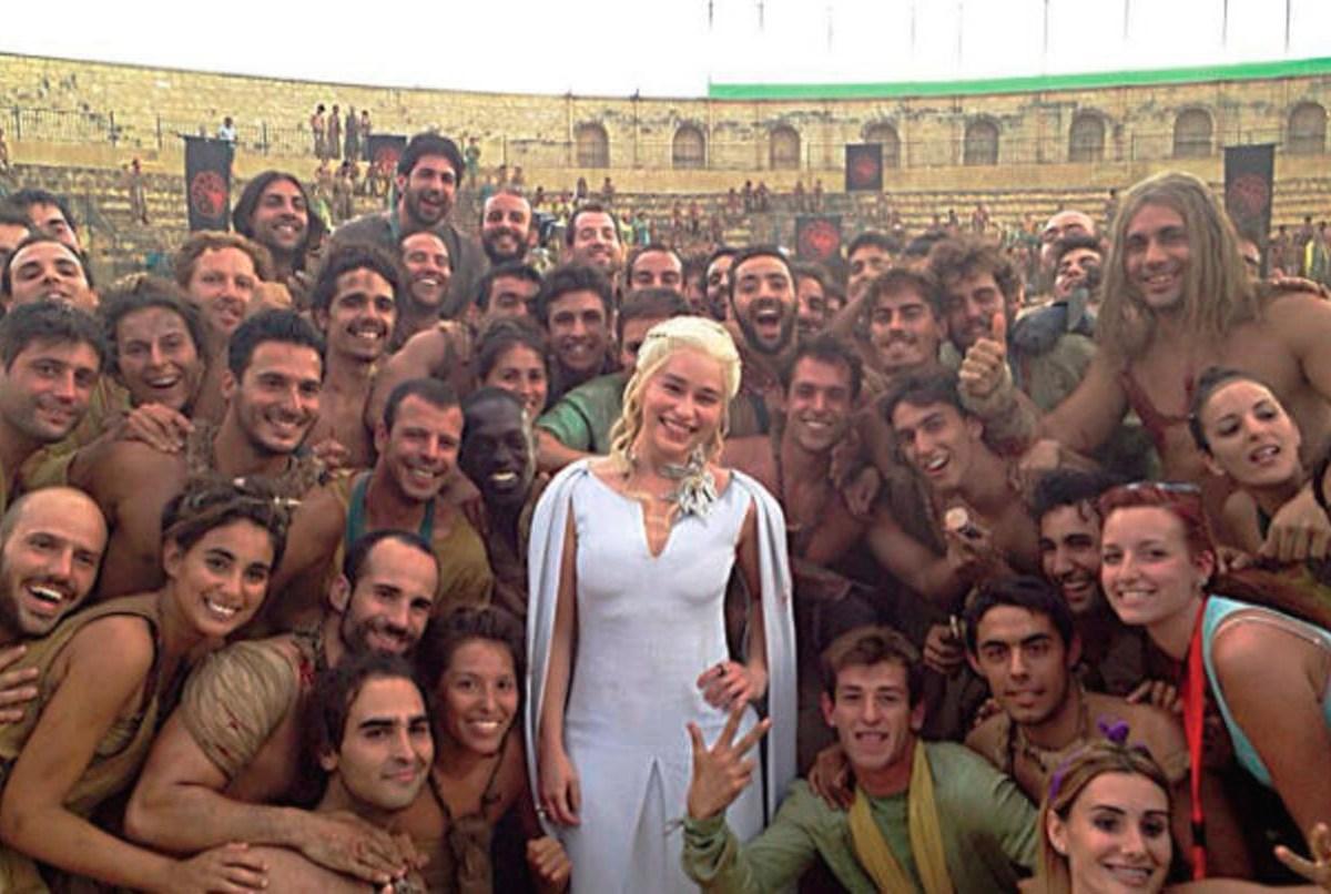 Algunos de los figurantes con la personaje Daenerys / Ayuntamiento de Osunaº