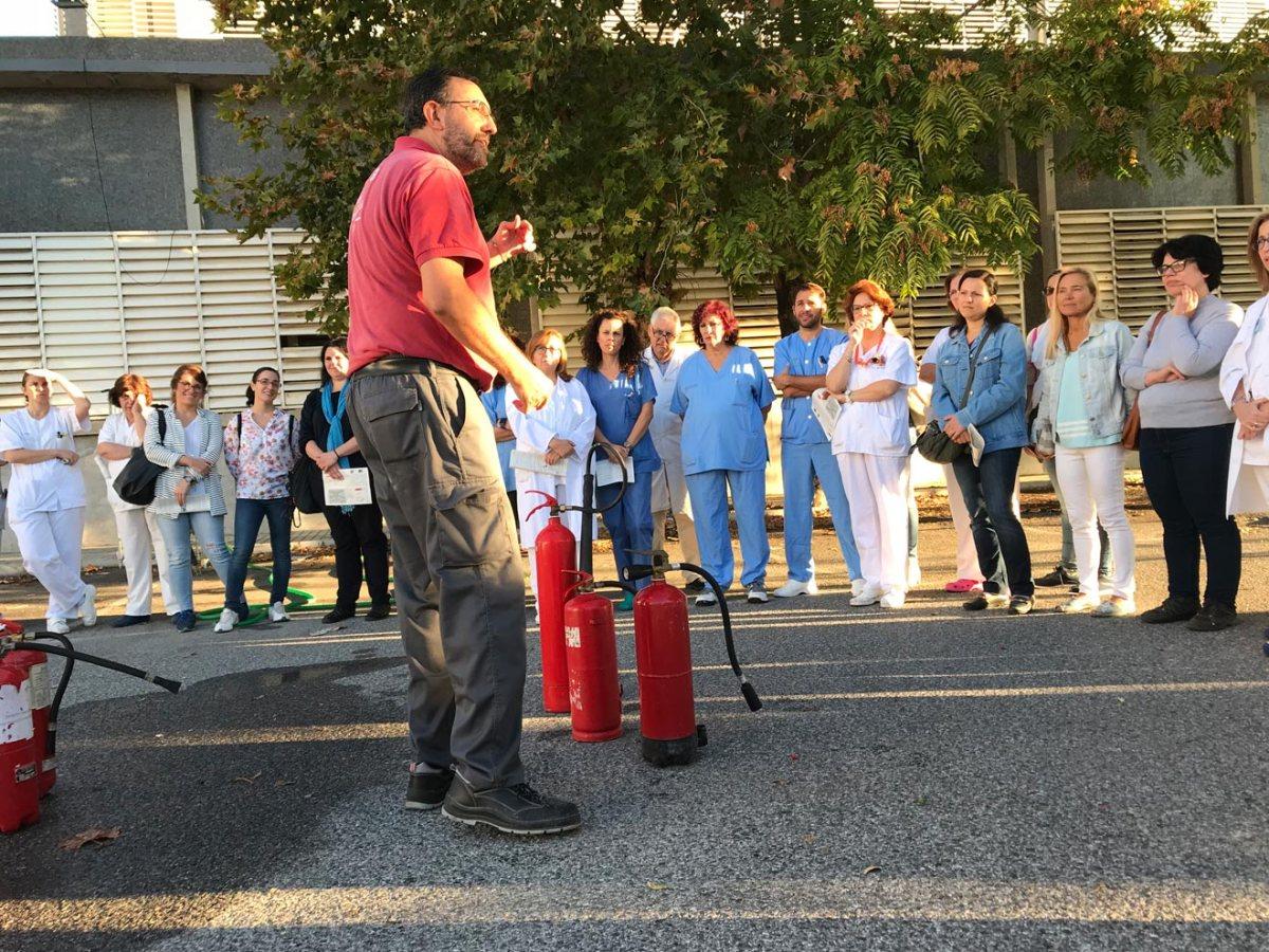 Personal recibiendo las explicaciones / Hospital Virgen Macarena