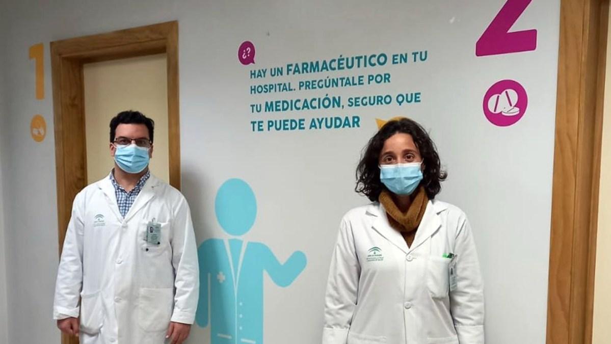 La jefa del servicio de Farmacia del Hospital Universitario de Valme, Esther Márquez, y el farmacéutico Ramón Morillo