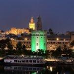 La bandera de Andalucía proyectada sobre la Torre del Oro de Sevilla