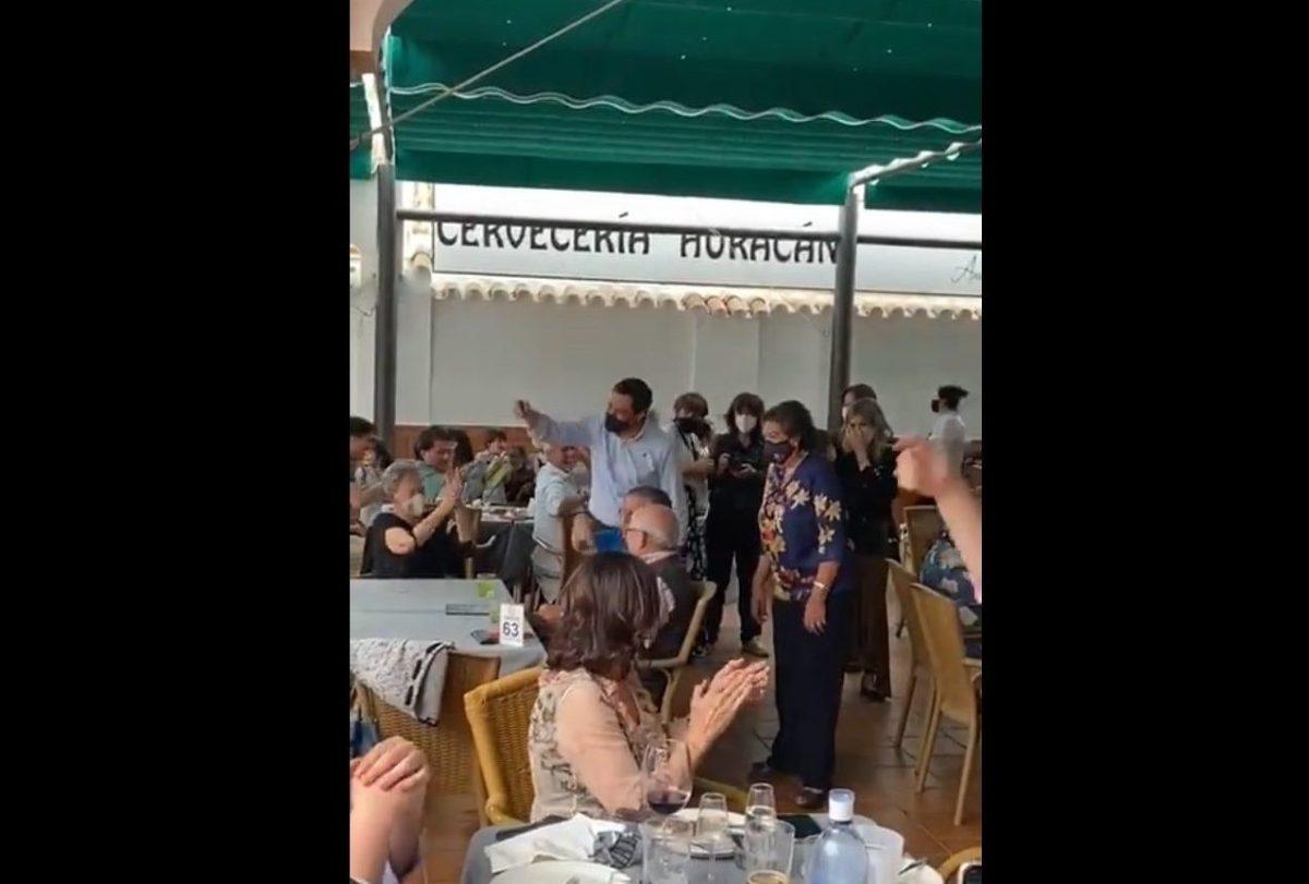 Aplausos a Juanma Moreno en un restaurante de Sevilla / SA