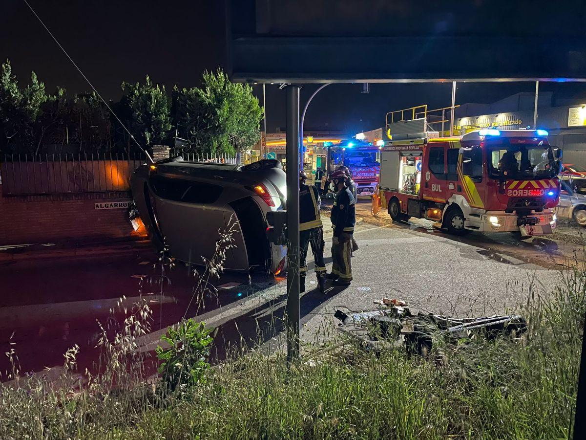 El vehículo siniestrado a la entrada de Gines / Clara Fajardo