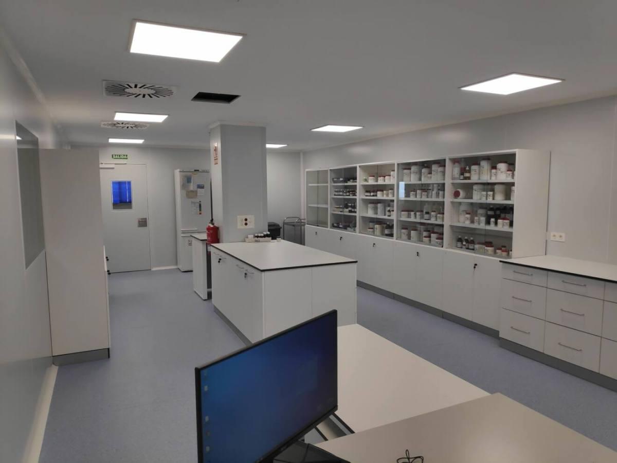 Imagen del Laboratorio de Formulacíón no estéril en las Salas Blancas del HU Torrecárdenas-1