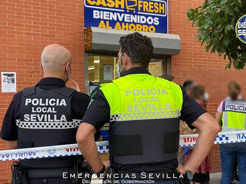 Cordón policial frente al supermercado