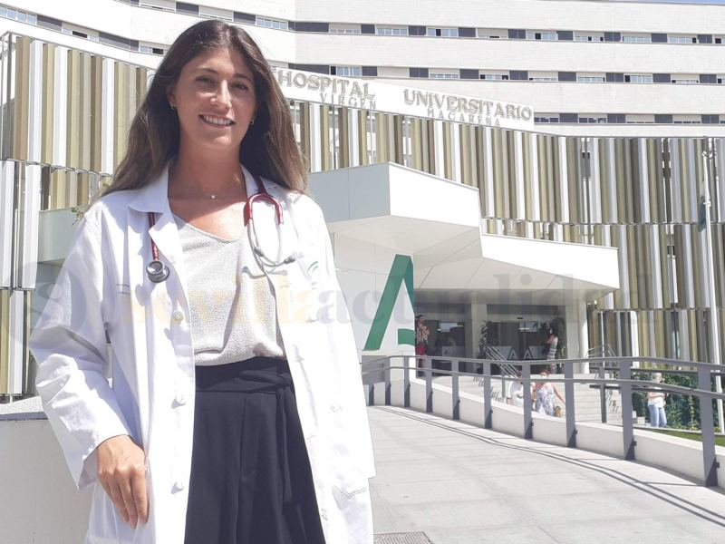 Noelia Berciano en la puerta principal del Hospital Universitario Virgen Macarena