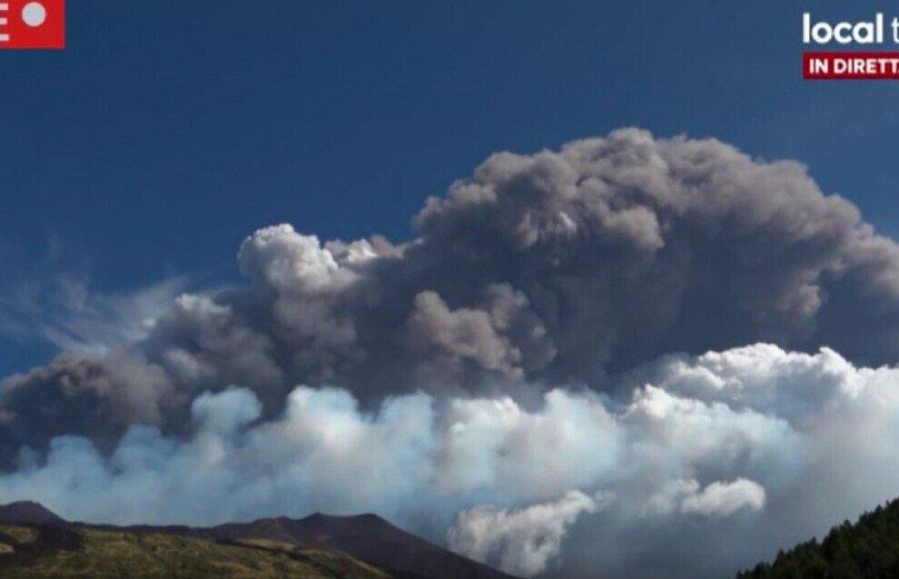 El volcán Etna ha entrado en erupción de nuevo / La Repubblica