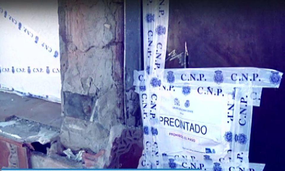 Vivienda precintada donde aparecieron los tres cadáveres.
