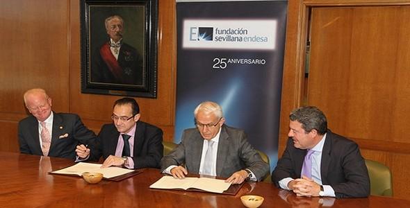 Firma del conveio entre Endesa y la hermandad de la Esperanza de Triana.