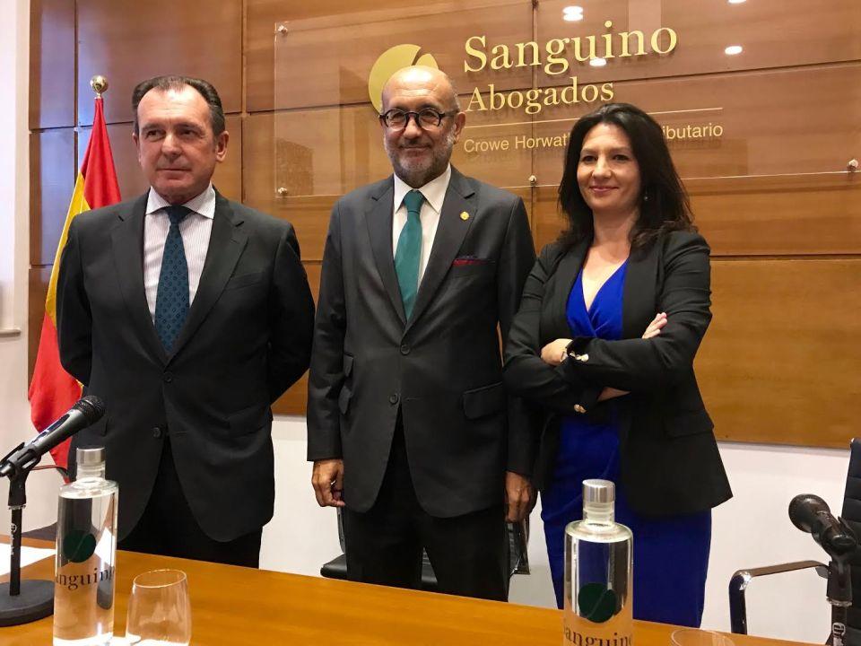 Manuel Marchena junto a Ernesto Sanguino y una de las consejeras del bufete.