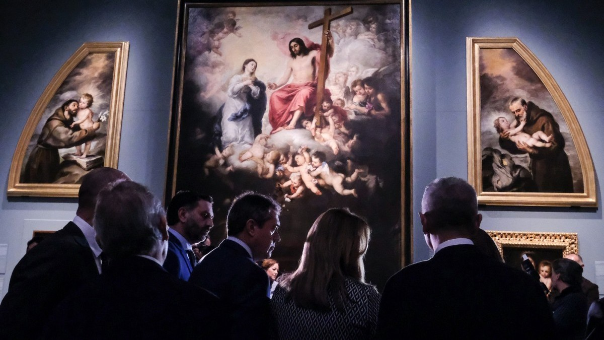 Las autoridades observando algunas de las obras expuestas en el Museo de Bellas Artes.