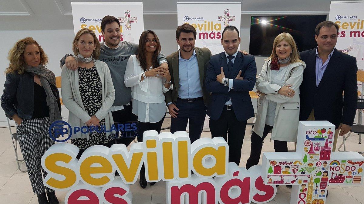 Beltrán Pérez y parte de su equipo de concejales.