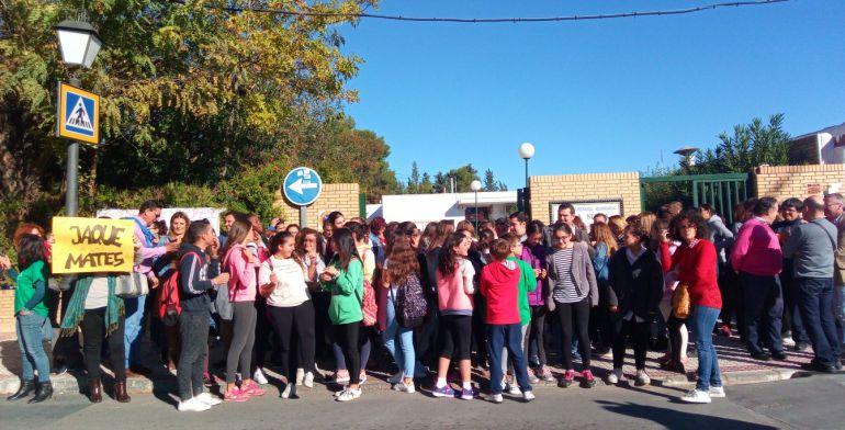Protesta de alumnos y padres ante las puertas del instituto.