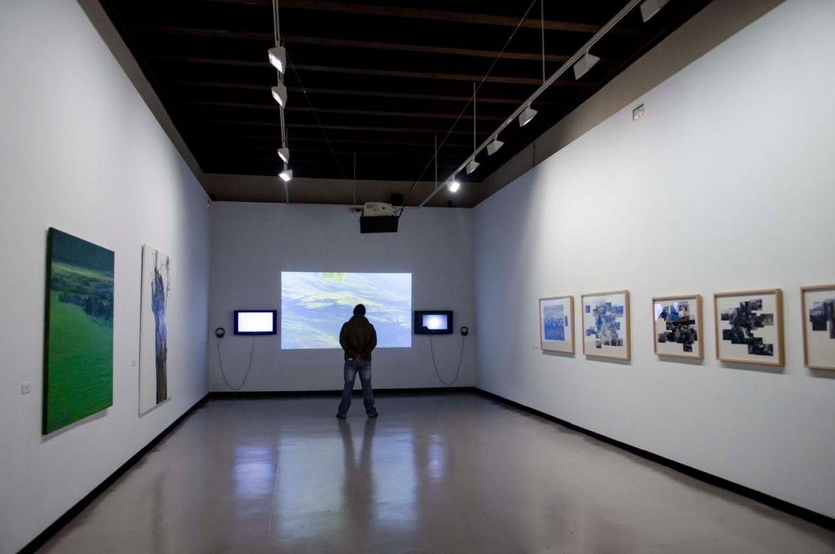 La sala de exposiciones, a disposición de la Junta, contrasta con el resto del edificio.