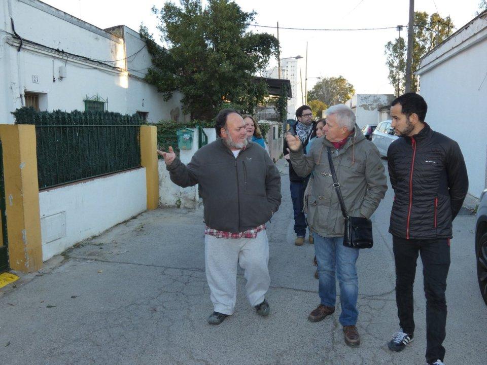 El portavoz de Iu en su visita a la barriada Guadaíra