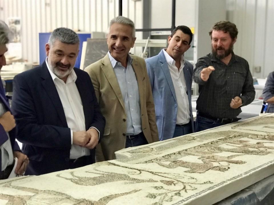 """El consejero de Cultura Vázquez con el mosaico """"Los amores de Zeus"""""""