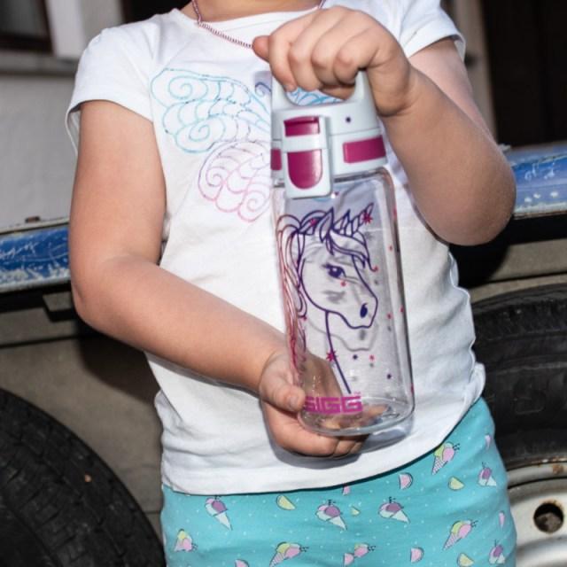 Kind mit Flasche