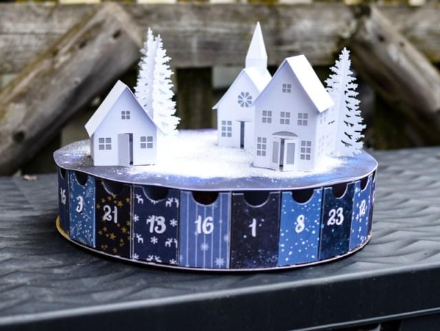 Adventskalender mit einem Winterdorf