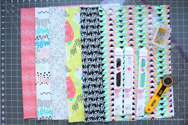 How to Sew a Lined Zipper Pouch: This tutorial will show you step by step how to sew a lined zipper pouch. Zippers aren't scary! Click through for the full tutorial. | www.sewwhatalicia.com