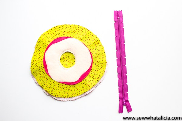Circular Zipper Pouch Tutorial: This is a fun twist on a zipper pouch. Making a circular pouch isn't much different than a regular zipper pouch. Click through for the full tutorial | www.sewwhatalicia.com
