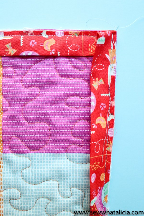 Easter Mini Quilt Tutorial : This mini quilt is great for beginners. Use it as a door hanger for Easter or on your Easter mantle. Click through for the full tutorial. | www.sewwhatalicia.com