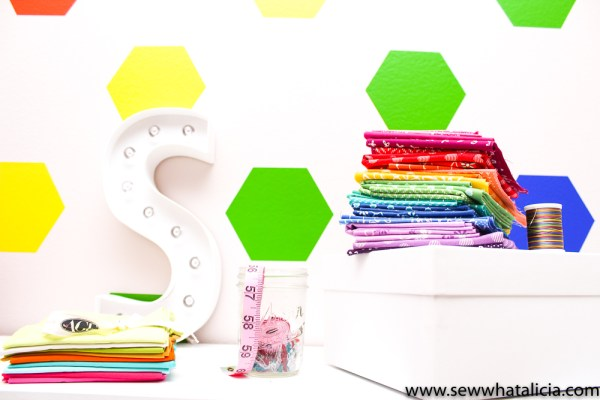 How to Make Your Own Wallpaper Using Vinyl: The is a great tutorial for creating your own wallpaper using adhesive vinyl. Click through for the full instructions. | www.sewwhatalicia.com