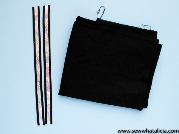How to Sew a Tote (in about 10 minutes!) : This is a quick and easy tutorial that is perfect for beginners. This beginning sewing project is perfect to add to your sewing arsenal! Click through for the full tutorial. | www.sewwhatalicia.com