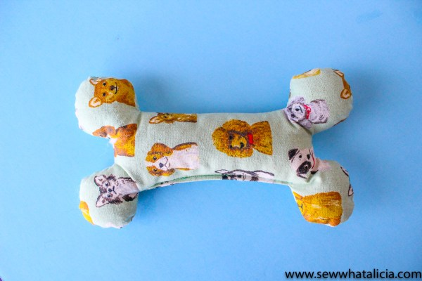 How to Sew an Easy Dog Bone: This quick and easy dog bone is perfect for your furry friend! Use your cricut maker or cut out the pdf pattern to create this quick and easy toy. Click through for a full tutorial and the free cut files. | www.sewwhatalicia.com